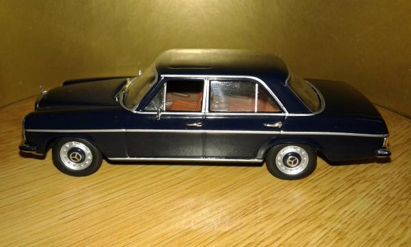 Mercedes-Benz  200 Strich acht (Altaya/IXO) [1972г., темно синий, 1:43]