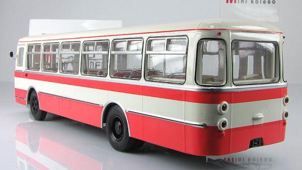 Лиаз-677 (Classicbus) [1974г., Бежевый, красные полосы, 1:43]