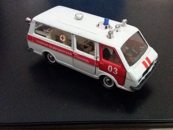 РАФ-М-22031«Латвия», Скорая медицинская помощь (Агат, Тантал, Радон) [1971г., белый с красным, 1:43]